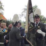 Schießoffizier Andi Oksas trägt die Fahne
