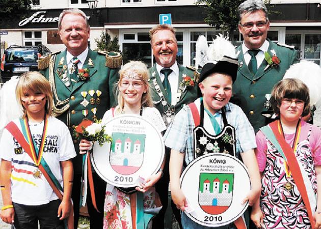Gildemeister Klaus Linnekke (hinten v. l.), Majestät Detlev Knipp und der Verantwortliche des Kinderschützenfestes Joachim Witt präsentierten sich mit den Kindermajestäten und Prinzregenten.